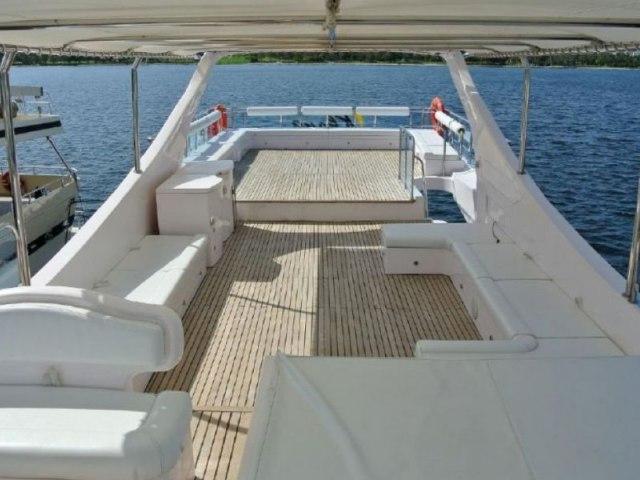 Cozmo 90 Ft Yacht Charter 10
